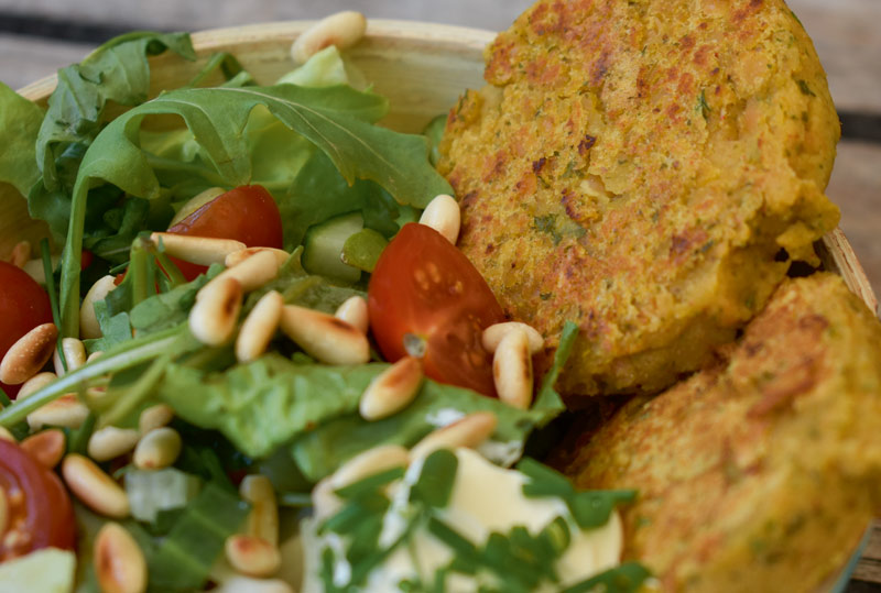Linsen-Patties in knackigem Salat